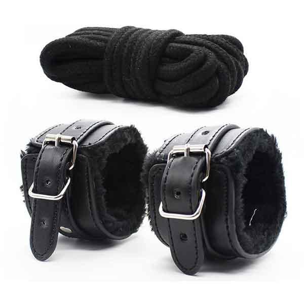 Còng tay và dây cột người BDSM